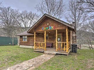 'River Bend Cabin' Sensational 2BR Mountain View Cabin w/Private Porch, Hot Tub & Amazing White River Views - Close to Outdoor Activities & Historic Shops in Town Square!