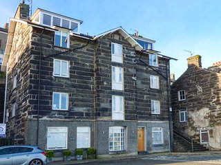 HARBOUR SUITE second floor luxury apartment, harbour views, open plan, in, Porthmadog