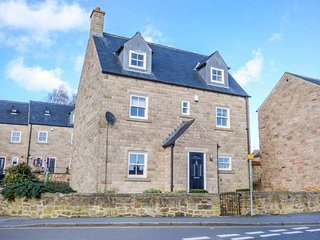 DUKES VIEW, detached cottage, WiFi, Smart TV with Sky, close to amenities, in, Matlock