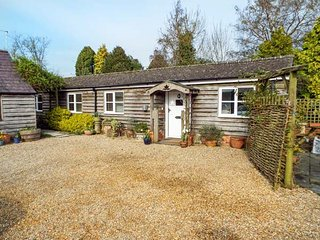 BREACH COTTAGE, single-storey barn conversion, off road parking, garden, in Devi