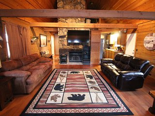 Lake View Hike to LakeSecluded 2mi to SDC Beautiful Log Cabin Retreat Sleeps 12
