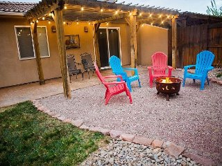 Downtown Moab! Beautifully Decorated, Firepit, Yard, Pool, Ping-Pong, Views!