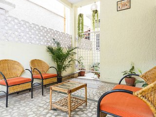 2. Trendy & large room , 3 beds , with private balcony , sleeps 3, Bengaluru