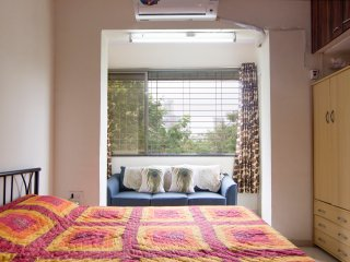 A cosy room in a peaceful locality in Dadar TT