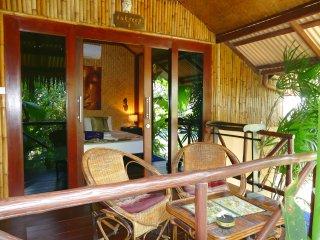 Bungalow Typique en bambou, jardin tropical zen, piscine/jacuzzi, plage 400m