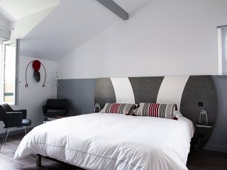 Chambre grand lit avec douche à l'étage