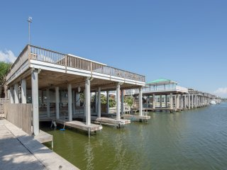 PORTMANSFIELD WATERFRONT 4 BEDROOM HOUSE 3 BOAT SLIPS/LIFTS, Port Mansfield