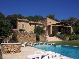 Chambre-est lit double dans mas provençal, dans parc avec piscine, tennis, etc.