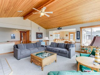 Spacious w/ocean & golf course views & ping-pong table! Two blocks from beach!, Gearhart