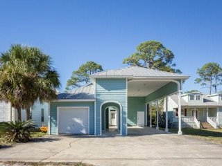 "Beautiful ""Blue Seahorse"" Beach House, Just 1/2 Mile to Gulf & Sugar Sand Beach"