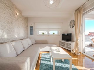 Blue sky, bright & modern apartment for 6, Novalja
