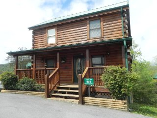 Bears Den Cabin - A Luxurious 4 Bedroom Cabin less than 5-minute to Pigeon Forge