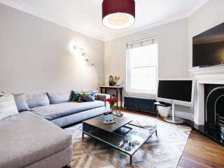 Spacious Wetherby Mansions Square apartment in Kensington & Chelsea with WiFi., Londres