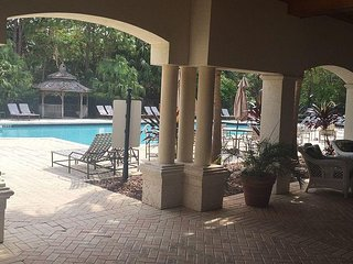 2b/2b 3 mins away from downtown Stuart sleeps 6 gated community w/pool gym Garag