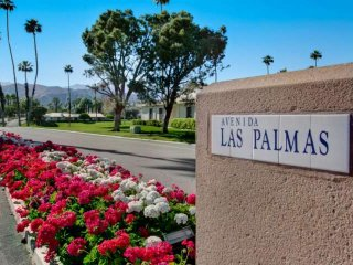 Relax & Unwind, Rancho Las Palmas Country Club! Lovely Condo with Mountain and