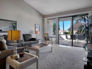 Relax & Unwind, Rancho Las Palmas Country Club! Lovely Condo with Mountain and, Glendora