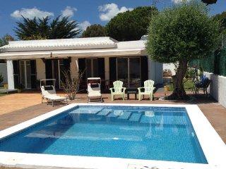 Habitación doble en casa con piscina al lado de la playa