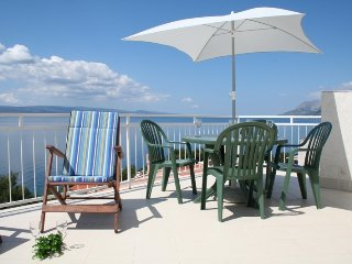 Apartment with perfect sea view, large top floor terrace, 150m from the beach, Brela