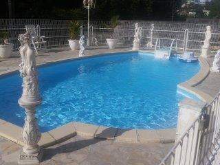T3 dans residence privee avec piscine plus pret de voiture gratuit