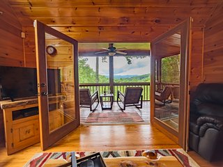 Luxury Mountain Cabin - Breathtaking mountain views, screened porches, secluded getaway, close to town