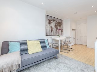 Clapham Common - 2bed flat with patio - by BaseToGo