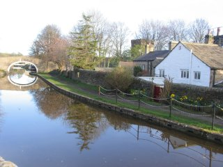 LUTINBELL COTTAGE,  Holiday Cottage with direct access to the canal, Skipton
