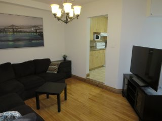 Nice condo in heart of mile-end for up to 12 Guests