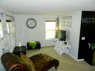 Industrial-Style, Paris-Inspire Loft in NW Charlotte. Walk to Whitewater Center!, Mount Holly