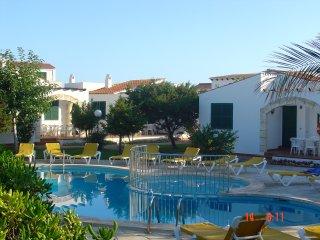 4 casas que comparten piscina y jardin (n03, 1 bano)