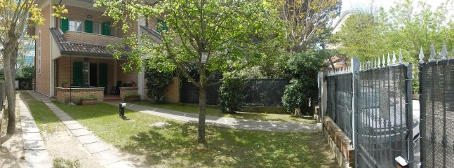 Via Split, jardim com lugares de estacionamento