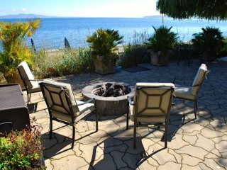 Executive Class, 2-Bdrm Ocean-Front Suite in Cordova Bay with Sandy Beach