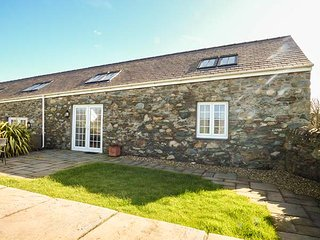 Y WENNOL, stone-built, all ground floor, pet-friendly, WiFi, Holyhead, Ref