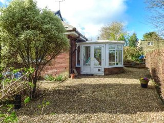 ESTUARY VIEW, detached bungalow, pet-friendly, river views from garden, in