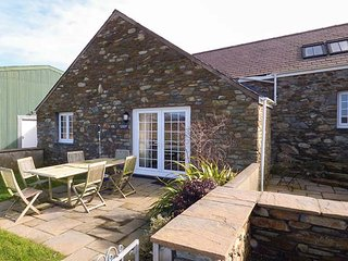 Y BARCUD, stone-built, WiFi, pet-friendly, enclosed garden, mountain views, Holyhead