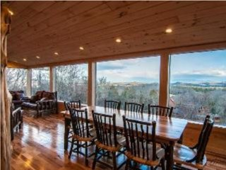 LUXURY 3br CABIN w/GLASS PORCH, PANORAMIC MAJESTIC MOUNTAIN VIEW!