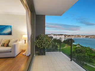 BONDI. 1BR F/F APT GREAT POSITION ON SOUTHERN HEADLAND. CLOSE TO ALL AMENITIES.