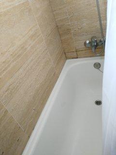 Bañera del baño principal. Con ventana.