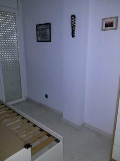 Habitación con cama doble. Pared principal.