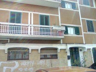 vasto appartamento in centro,90 mq, una camera da letto , cucina bagno salone gr