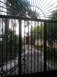 Verja de entrada al jardín. Al fondo a la izquierda está la escalera que sube a la Torre.
