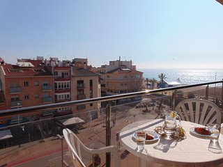 Seafront apartment with views of the beach in the center of Calella.