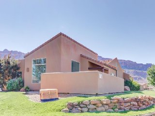 Comfy townhome w/ shared seasonal hot tub & pool, spectacular mountain views!