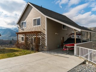 Spacious, dog-friendly home w/ shared pool, private hot tub & gorgeous views!