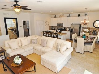 Bella Vida 4 Bedroom 3 Bath Town Home with Pool. 601LFD, Kissimmee