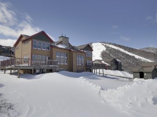 Luxury ski-in/ski-out condo great for big groups - plus shared pool & gym access