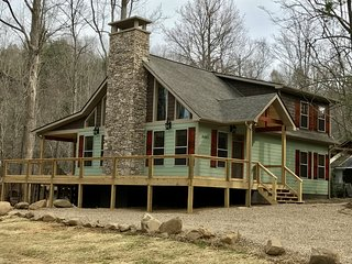 Three Waters Lodge - Creekside - 3 King Suites Sleeps 8 - Brand New Construction, Gatlinburg