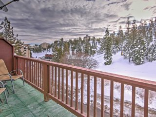 NEW! 3BR Stateline Townhome - Steps from Ski Lift!