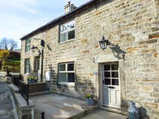 HERON, woodburning stove, pet-friendly, patio with hot tub, Addingham, Ref 95057