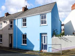 REDBROOK, end-terrace, woodburner, enclosed garden, in Tenby, Ref 952738