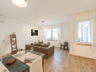 Basilica Deluxe apartment in VI Terézváros with WiFi, air conditioning & lift.